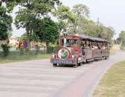 لاہور: شہری خصوصی ٹرین میں بیٹھ کر گریٹر اقبال پارک کی سیر کررہے ہیں۔