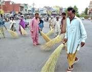 ملتان: گھنٹہ گھر چوک کی صفائی ستھرائی کا کام جاری ہے۔
