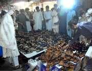 پشاور: عید کی تیاریوں میں مصروف شہری جوتے خرید رہے ہیں۔