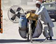 راولپنڈی: محنت کش سائیکل پر استعمال شدہ پنکھا رکھے اپنی منزل کی جانب ..