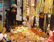 حیدر آباد: عید کی تیاریوں میں مصروف خواتین چوڑیاں پسند کر رہی ہیں۔