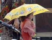 راولپنڈی: گرم اور مرطوب موسم کے دوران اپنے آپ کو براہ راست سورج کی روشنی ..