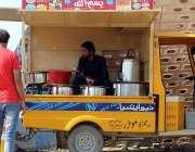 سرگودھا: جھنگ موڑ میں اپنے موبائل ریستوراں میں کھانا پیش کرتے ہوئے ..
