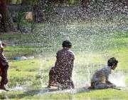 حیدر آباد: نوجوان گرمی کی شدت کم کرنے کے لیے مقامی پارک میں نہا رہے ہیں۔