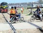 حیدرآباد: موٹرسائیکل سواروں نے ریلوے پٹریوں کو عبور کیا جبکہ اسی ٹریک ..
