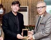 اسلام آباد: صدر مملکت ڈاکٹر عارف ، میجر(ر) فیاض کو شیلڈ دے رہے ہیں۔