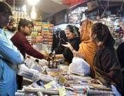 ملتان: عید کی تیاریوں میں مصروف خواتین چوڑیاں خرید رہی ہیں۔