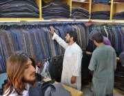 کوئٹہ: شہری ایک دکان سے ویسکوٹ خریدنے میں مصروف ہیں۔