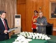 اسلام آباد: صدر ڈاکٹر عارف علوی ایوان صدر میں بیرسٹر ڈاکٹر محمد فروغ ..
