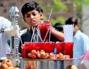 ملتان: ایک نوجوان دکاندارسڑک کنارے انار کا جوس بیچ رہا ہے
