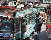 کراچی: کاراٹریفک پولیس کی نا اہلی مسافر بس کے ساتھ لٹک کر سفر کر رہے ..