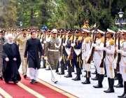 تہران: وزیر اعظم عمران خان، صدر حسن روحانی کے ہمراہ گارڈ آف آنر کا معائنہ ..