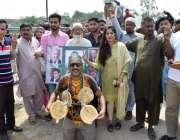 لاہور: مسلم لیگ (ن) کے کارکن کوٹ لکھپت جیل کے باہر اپنی قیادت سے اظہار ..