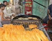 ملتان: عید الفطر کی آمد کے موقع پر دکاندار پھنیاں تیار کر رہے ہیں۔