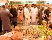 راولپنڈی: شہری رمضان سستا بازار سے تازہ سبزیاں خرید رہے ہیں۔