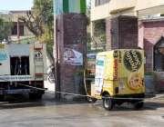 راولپنڈی: ویسٹ مینجمنٹ کے اہلکار رکشہ کی صفائی ستھرائی کر رہے ہیں۔