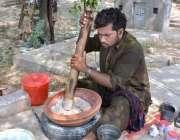 فیصل آباد: محنت کش گرمی کی شدت کے پیش نظر روایتی مشروب (سردائی) تیار ..