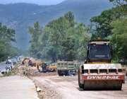 اسلام آباد: وفاقی دارالحکومت میں مزدور تعمیراتی کام میں مصروف ہیں۔