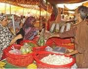 لاہور: شہری رمصان سستا بازار سے خریداری کر رہے ہیں۔
