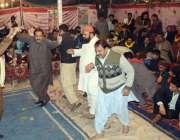 لاہور: شاہ عنایت قادری کے293ویں عرس کے موقع پر عقیدت مند دھمال ڈال رہے ..