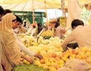 لاہور:شہری شادمان سستے رمضان بازار سے پھل خرید رہے ہیں۔
