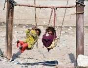 لاڑکانہ: خانہ بچوں بچے جھولوں سے لطف اندوز ہو رہے ہیں۔