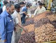 لاہور: شہری رمضان المبارک کے آغاز پر کھجوریں خرید رہے ہیں۔