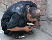 فیصل آباد: منشیات کے خلاف عالمی دن کے موقع پر نشے کا عادی ایک شخص نشا ..