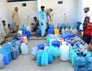 حیدر آباد: صاف پانی کی قلت کے باعث شہری دور دراز سے پانی بھر کر لانے ..