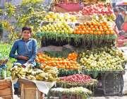 راولپنڈی: محنت کش ریلوے روڈ کنارے فروٹ کا سٹال سجائے گاہکوں کے انتطار ..