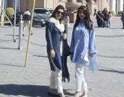 لاہور: پنجاب اسمبلی کے اجلاس میں شرکت کے بعد خواتین ارکان واپس جارہی ..