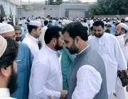 پشاور: مشیر تعلیم ضیاء اللہ بنگش نماز عید کے بعد لوگوں سے عید مل رہے ..