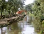 ملتان: ہیوی مشینری کے ذریعے نہر کی صفائی ستھرائی کا کام جاری ہے۔