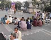 لاہور: نابینا ملازمین اپنے مطالبات کے حق میں مال روڈ پر دھرنا دئیے بیٹھے ..