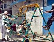 پشاور: بچے جھولے سے لطف اندوز ہو رہے ہیں۔