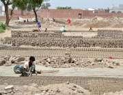 ملتان: مزدور بھٹہ پر اینٹیں بنانے میں مصروف ہیں۔