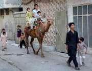 فیصل آباد: اونٹ کی سواری سے لطف اندوز ہوتے ہوئے بچے۔