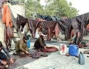 لاہور: مزدور اپنے کام کی جگہ پر چمڑے کی پرانی جیکٹوں کی مرمت کررہے ہیں۔