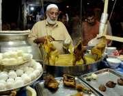 راولپنڈی: بارش کے باعث موسم سرد ہونے پر ایک دکاندار مرغ یخنی اور انڈے ..