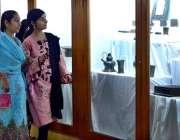 حیدر آباد: سندھ میوزیم کی سیر و تفریح کے لیے آئی لڑکیاں تاریخی اشیاء ..