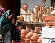 راولپنڈی: خواتین مٹی سے بنی اشیاء خرید رہی ہیں۔