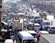 کراچی: لائنز ایریا کوریڑور پر ٹریفک جام کا منظر۔