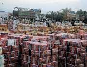 راولپنڈی: فروٹ منڈی میں بیوپاریوں نے فروٹ کے کارٹن فروخت کے لیے سجا ..