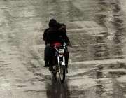 اسلام آباد: موٹر سائیکل سوار بارش کے دوران اپنی منزل کی جانب رواں ہے۔
