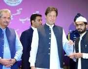 اسلام آباد: وزیراعظم عمران خان دینی مدارس کے طلبا کو ایوارڈ دیتے ہوئے۔