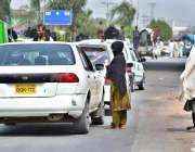 پشاور: رنگ روڈ چوک پر ایک خانہ بدوش لڑکی گاڑی ڈرائیوروں سے بھیک مانگ ..