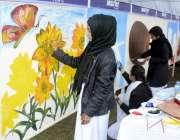 لاہور: جیلانی پارک میں ہونیوالے مقابلے میں شریک لڑکیاں پینٹنگ بنا رہی ..
