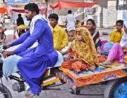 لاڑکانہ: چنگچی موٹر سائیکل پر سوار خانہ بدوش خاندان اپنی منزل کی جانب ..