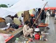 اسلام آباد: جے یو آئی (ف) کے آزادی مارچ کے شرکاء دکاندار سے کھانا لے رہے ..