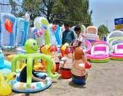 اسلام آباد: وفاقی دارالحکومت میں دکاندار نے سڑک کنارے بچوں کے کھلونے ..